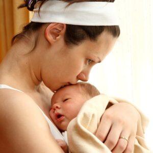 Vrouw is blij met de geboorte van haar baby