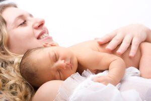 Moeder met baby tijdens haar kraamtijd
