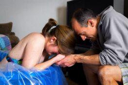 Man ondersteunt zijn vrouw met weeën
