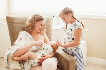 Moeder geeft baby borstvoeding