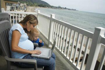 Een zwangere vrouw schrijft voor 24Baby