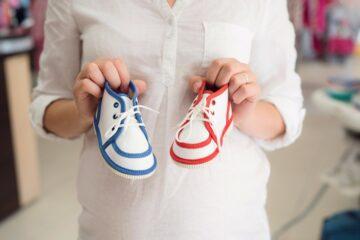 Zwangere vrouw vraagt zich voor geslachtsbepaling af of ze een jongetje of meisje krijgt