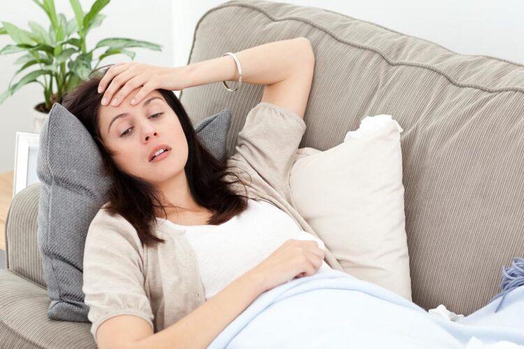 Zwangere denkt over Zwangerschapssymptomen