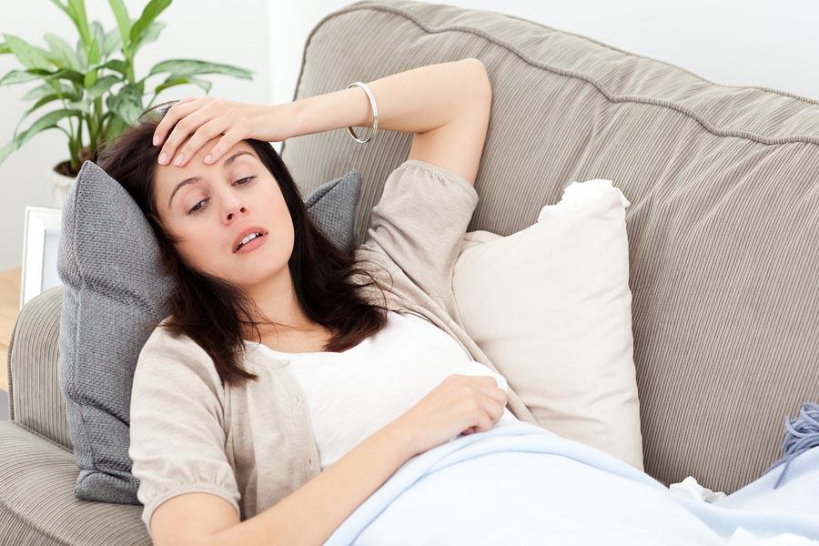 Vrouw heeft last van zwangerschapssymptomen