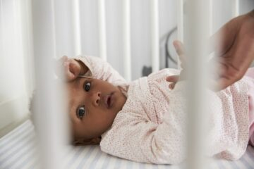 baby ligt in bedje en heeft last van zesde ziekte