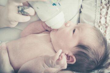 moeder geeft haar kindje flesvoeding
