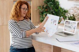 zwangere vrouw aan het werken tijdens de zwangerschap