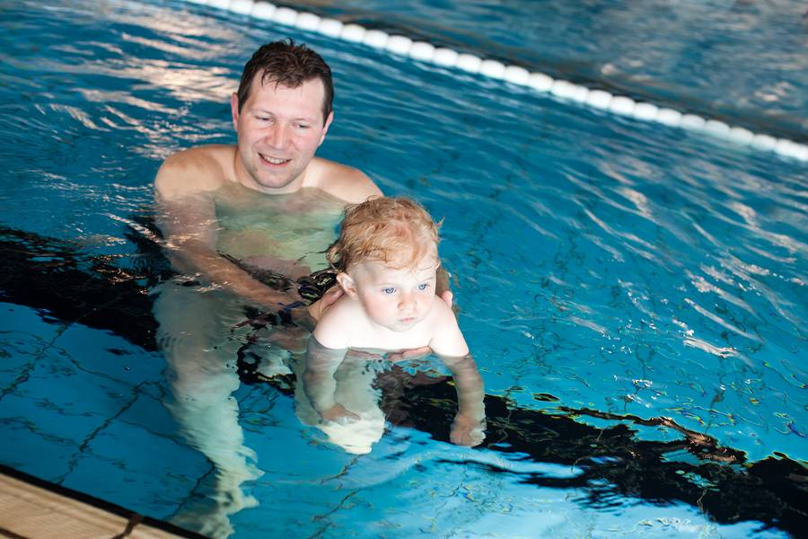 Babyzwemmen door een vader en baby
