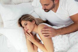 stel in bed, waarbij zwanger worden niet lukt