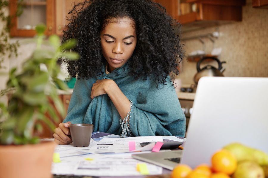 vrouw berekent kosten zwangerschap
