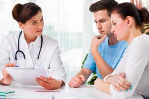 dokter vertelt stel over vruchtbaarheidsbehandelingen
