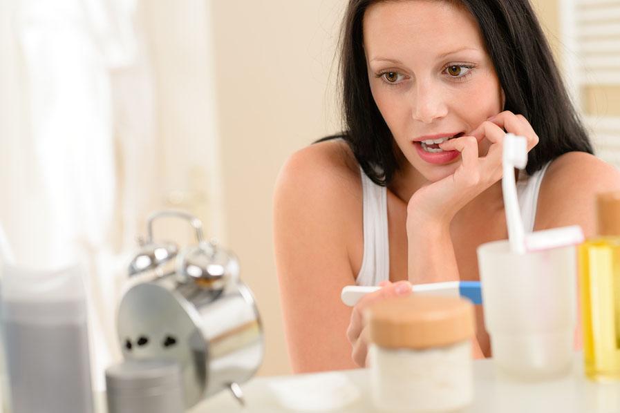 Vrouw wacht op uitslag van zwangerschapstest.