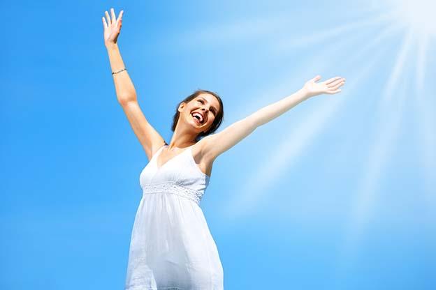 Vrouw is blij na 14 weken zwangerschap