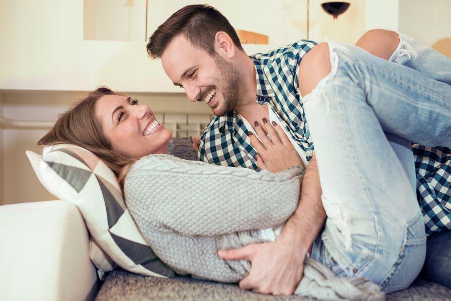 4 weken zwanger, stel blij met positieve zwangerschapstest