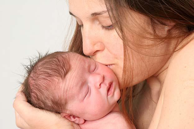 Vrouw kust na 42 weken zwangerschap haar baby