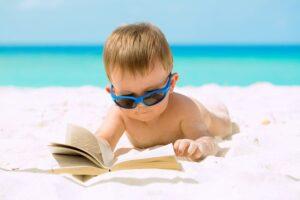 Baby leest in zijn vrije tijd een boek op vakantie