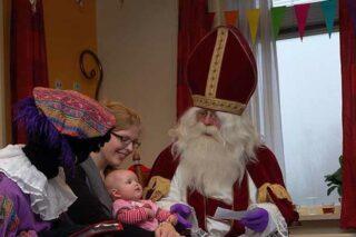 Sinterklaas en zwarte piet met baby