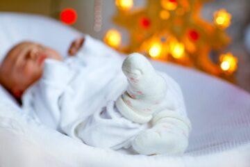 slapende baby tijdens oud en nieuw