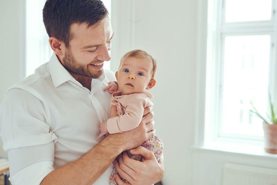 baby-van-2-weken-oud-met-haar-vader
