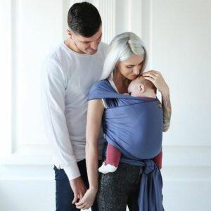 shoptip-baby-2-weken-oud-verder en moeder met baby in draagzak