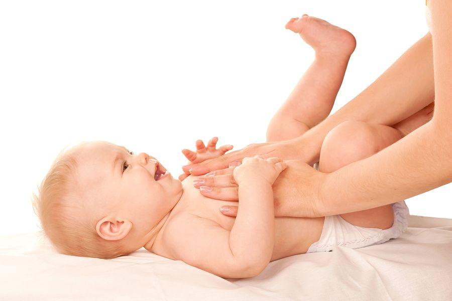 baby-van-6-weken-oud-krijgt-babymassage