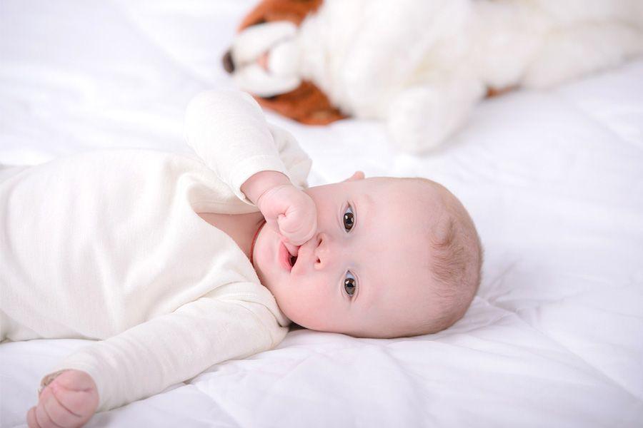 Baby van 7 weken oud zuigt op zijn duim om zichzelf te troosten