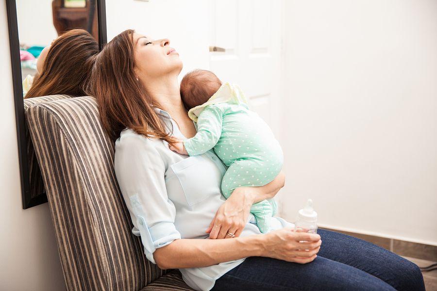 Moeder met 8 weken oude baby is vermoeid
