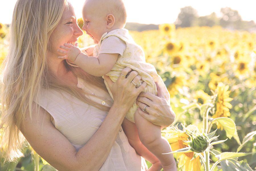 Moeder en kindje doen buitenactiviteit