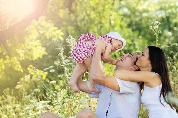 Een gelukkig gezin met een baby van 6 maanden oud