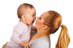 Baby 8 maanden oud experimenteert met stem