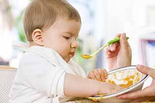 Baby van 10 maanden oud speelt met zijn eten