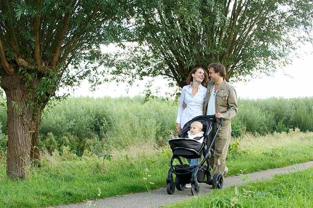 Ouder praten en wandelen met baby 11 maanden oud