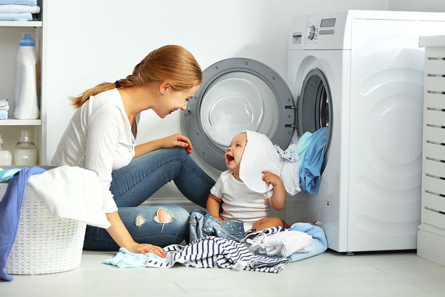 baby van 13 weken oud speelt met de kleding van zijn moeder