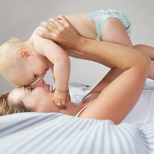 Moeder met baby van 3 weken oud gaat sparen voor haar baby
