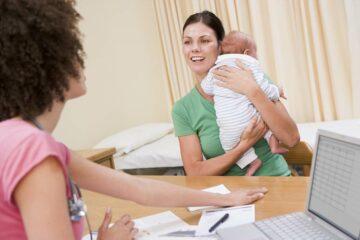 Op het consultatiebureau met baby 2 maanden oud