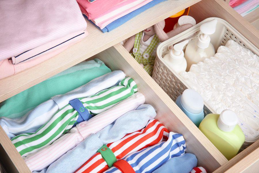 Producten van de baby uitzetlijst zoals rompers, luiers, babykleertjes
