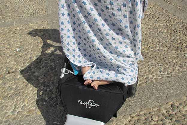 Hydrofiele luier beschermt baby in kinderwagen tegen de zon