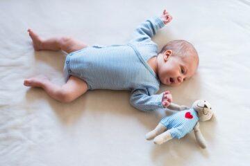 baby draagt een overslagromper