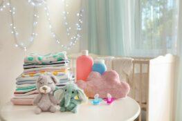 stapel babykleding uit de garderobe van een pasgeboren baby