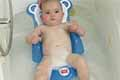 Baby met badzitje in bad