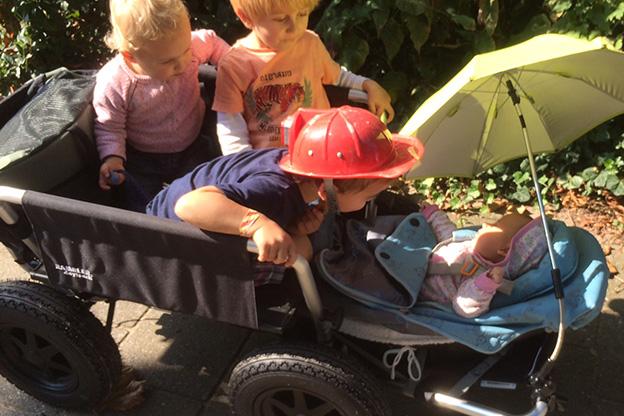 4 kinderen zitten gezellig in de Rambler Daytrack