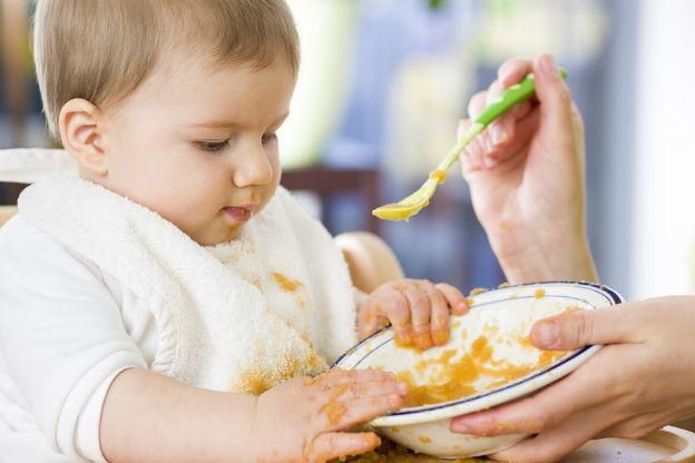De restjes van het bord van je kind eten
