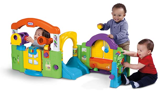 Drie kinderen spelen in het speelcentrum van Little Tikes