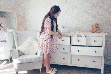 Zwangere vrouw heeft nesteldrang en is aan het opruimen en schoonmaken