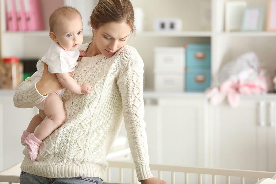 jonge moeder met postnatale depressie