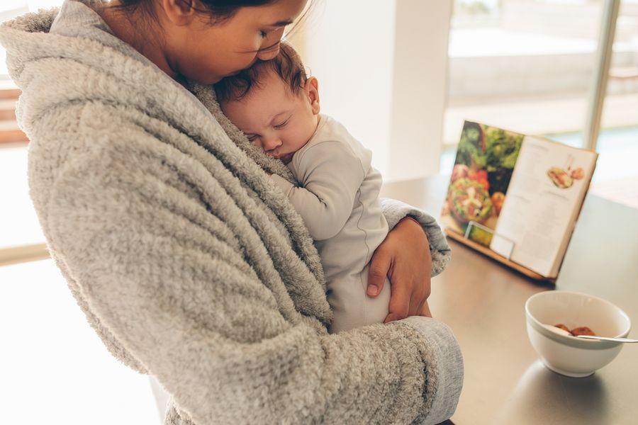 moeder met baby blues houdt pasgeboren baby vast
