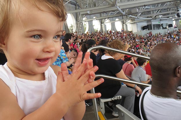 Meisje applaudiseert in Seaworld - de eerste stapjes in Amerika