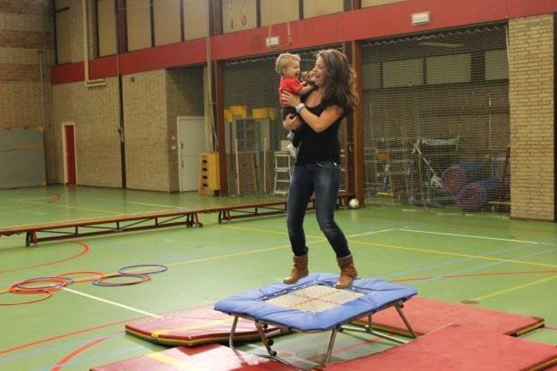 Moeder springt op trampoline met dochter - eerste verjaardag in de sporthal