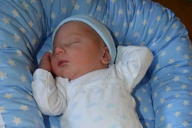 Een baby slaapt in de Nini babysleeper