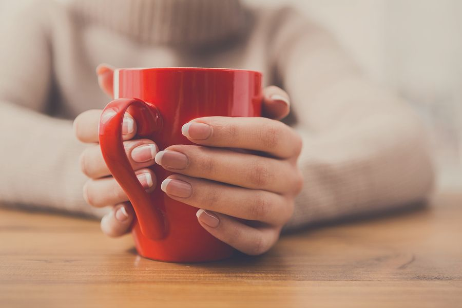 moeder drinkt thee bij Mama Café
